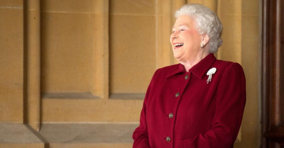 11.abr.2014 - A rainha Elizabeth 2ª dá uma risada no fim de uma visita oficial do presidente irlandês Michael D. Higgins e a mulher Sabina, no Castelo de Windsor, na Inglaterra, nesta sexta-feira (11). Higgins é o primeiro presidente irlandês a fazer uma visita de Estado à Grã-Bretanha desde a independência