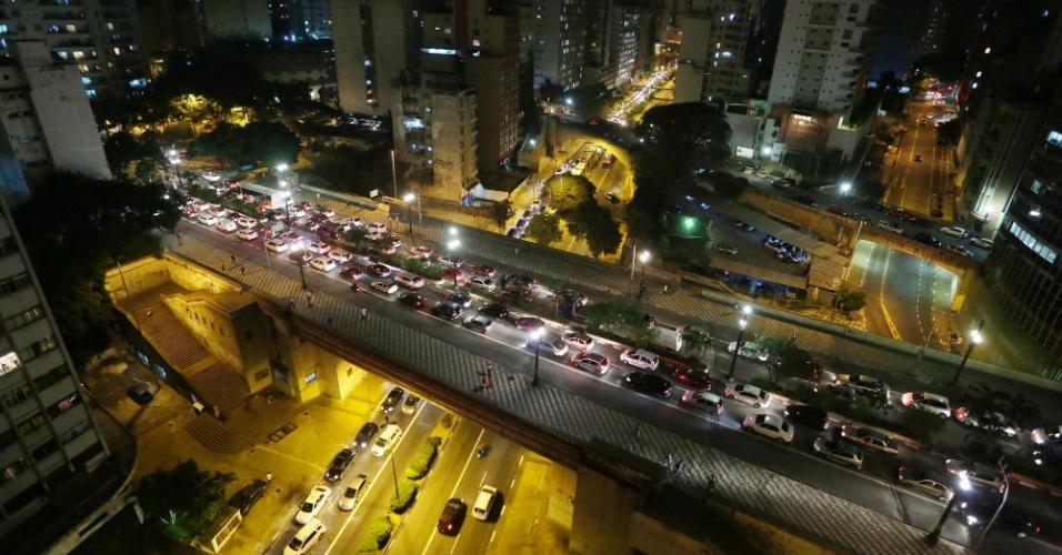 11.abr.2014 - Trânsito congestionado no viaduto da avenida Nove de Julho, no sentindo zona norte, na região central da capital paulista, nesta sexta-feira (11)