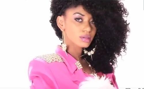 12.abr.14 - A cantora nigeriana Dencia antes de clarear a pele com um cosmético desenvolvido por ela
