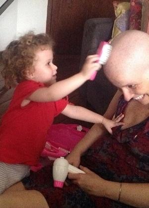 Por Márcia (VC Manda): Meu nome é Márcia, sou jornalista e em agosto de 2012,  poucos dias antes do meu aniversário de 34 anos, recebi o diagnóstico de câncer de mama. Estava no momento que eu avaliava ser o mais feliz da minha vida, fazia pouco tempo que eu estava trabalhando no setor que sempre sonhei estar na empresa, fiz um novo corte de cabelo; minha filha, Rafaela estava com 2 anos e 2 meses, cheia de saúde e ganhara uma linda festa de aniversário; meu marido, Rodrigo, estava trabalhando a todo vapor. Tudo andando conforme o  planejado e de repente, essa notícia