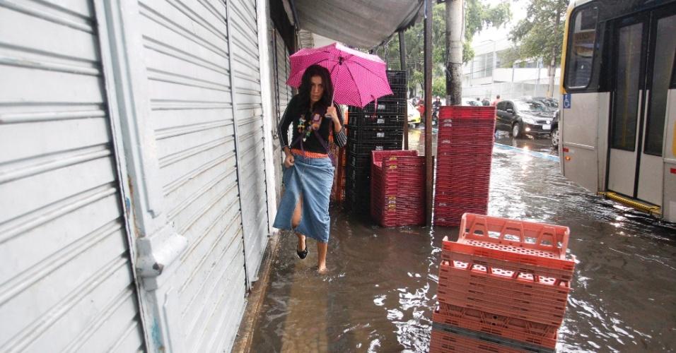 14.abr.2014 - A manhã chuvosa deixou áreas alagadas no centro do Rio de Janeiro. A previsão para está segunda-feira (14) é de pancadas de chuva e possíveis trovoadas. A temperatura pode chegar aos 29ºC