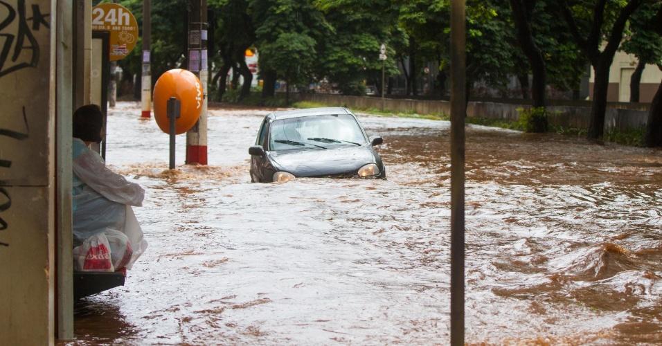 14.abr.2014 - Chuva causa alagamento nos dois sentidos da avenida Francisco Junqueira em Ribeirão Preto (SP)