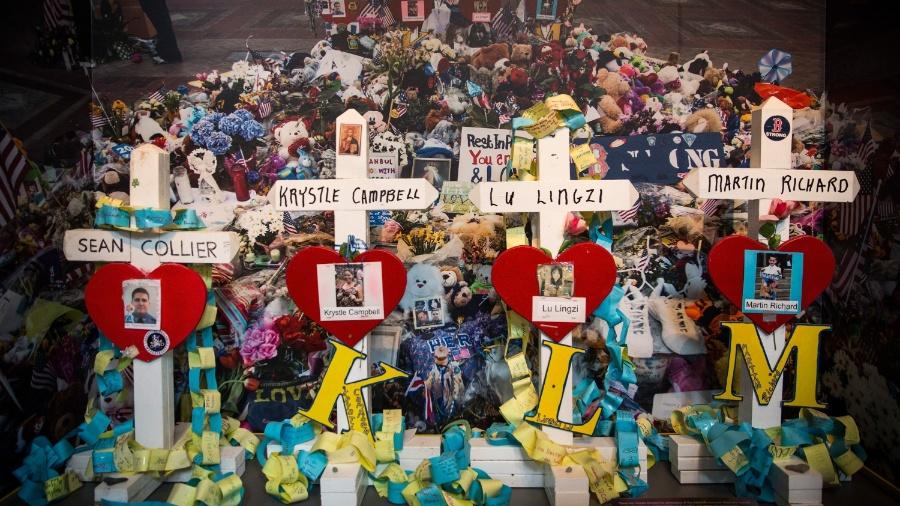 """14.abr.2014 - Cruzes com os nomes das vítimas do ataque à Maratona de Boston são expostos em mostra intitulada """"Querida Boston: mensagens do memorial da maratona"""", na Boston Public Library, em Massachusetts - Andrew Burton/Getty Images/AFP"""