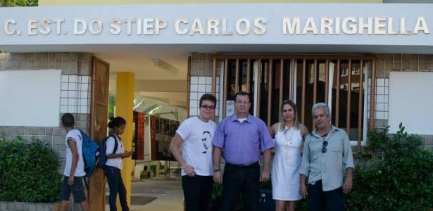 Membros da comunidade escolar na frente da nova fachada do colégio, em Salvador - Reprodução/Rodrigo Mantoan