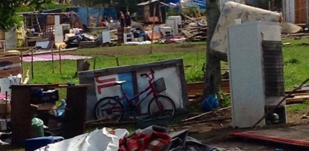 Bicicleta, geladeira e outros objetos são deixados no local da Ocupação Amarildo, nesta terça-feira (15)