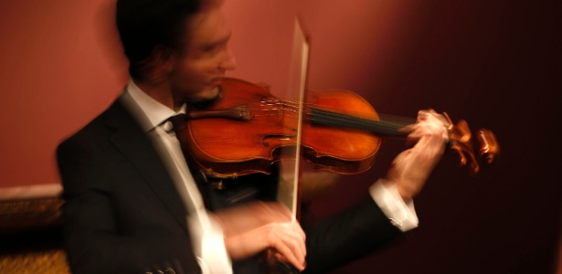 15.abr.2014 - Fotografia com baixa velocidade mostra David Aaron Carpenter tocando um violino feito em 1719 por Antonio Stradivari - Charles Platiau/Reuters
