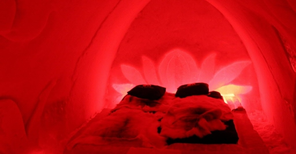 15.abr.2014 - Para oferecer aos turistas uma experiência autêntica da vida no Ártico, empreendedores no norte da Finlândia, em Rovaniemi, constroem hotéis e restaurantes feitos de neve e gelo. Haja cobertor para se aquecer neste quarto