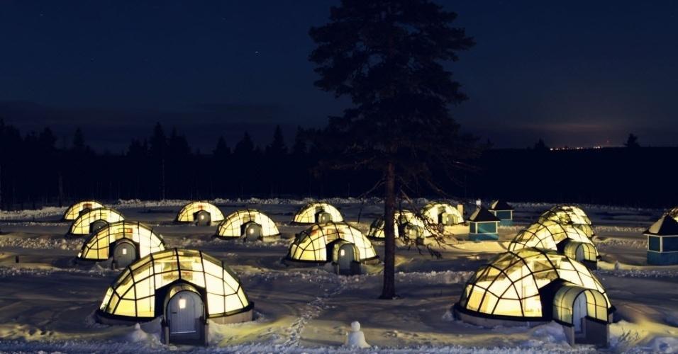 15.abr.2014 - Um hotel que tem quartos em formas de iglu de vidro em Kakslauttanen, na Finlândia, foi construído recentemente devido ao boom do turismo Ártico. Os turistas têm a oportunidade de observar as estrelas, a neve, e, se tiverem sorte, a aurora boreal enquanto estão deitados na cama