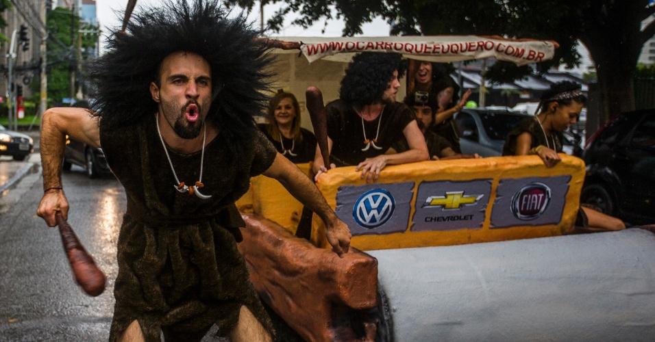 15.abr.2014 - Vestidos de homens das cavernas, ativistas do Greenpeace fizeram uma manifestação na manhã desta terça-feira (15), na rua Gomes de Carvalho, na Vila Olímpia, na zona oeste de São Paulo, desafiando a Volkswagen, Fiat e Chevrolet --as montadoras que mais vendem carros no Brasil -- a adotarem tecnologias mais modernas para que seus carros consumam menos combustível e emitam, consequentemente, menos gases de efeito estufa