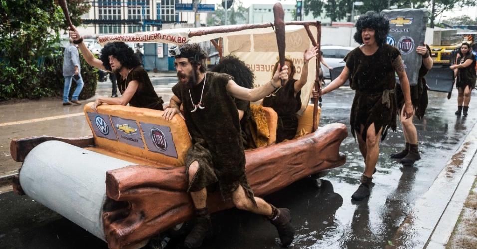 Abr. - Campanha do Greenpeace colocou ativistas vestidos de homens das cavernas em rua de São Paulo com um carro da idade da pedra para protestar contra a falta de investimento em tecnologias que façam os motores dos nossos carros serem mais eficientes
