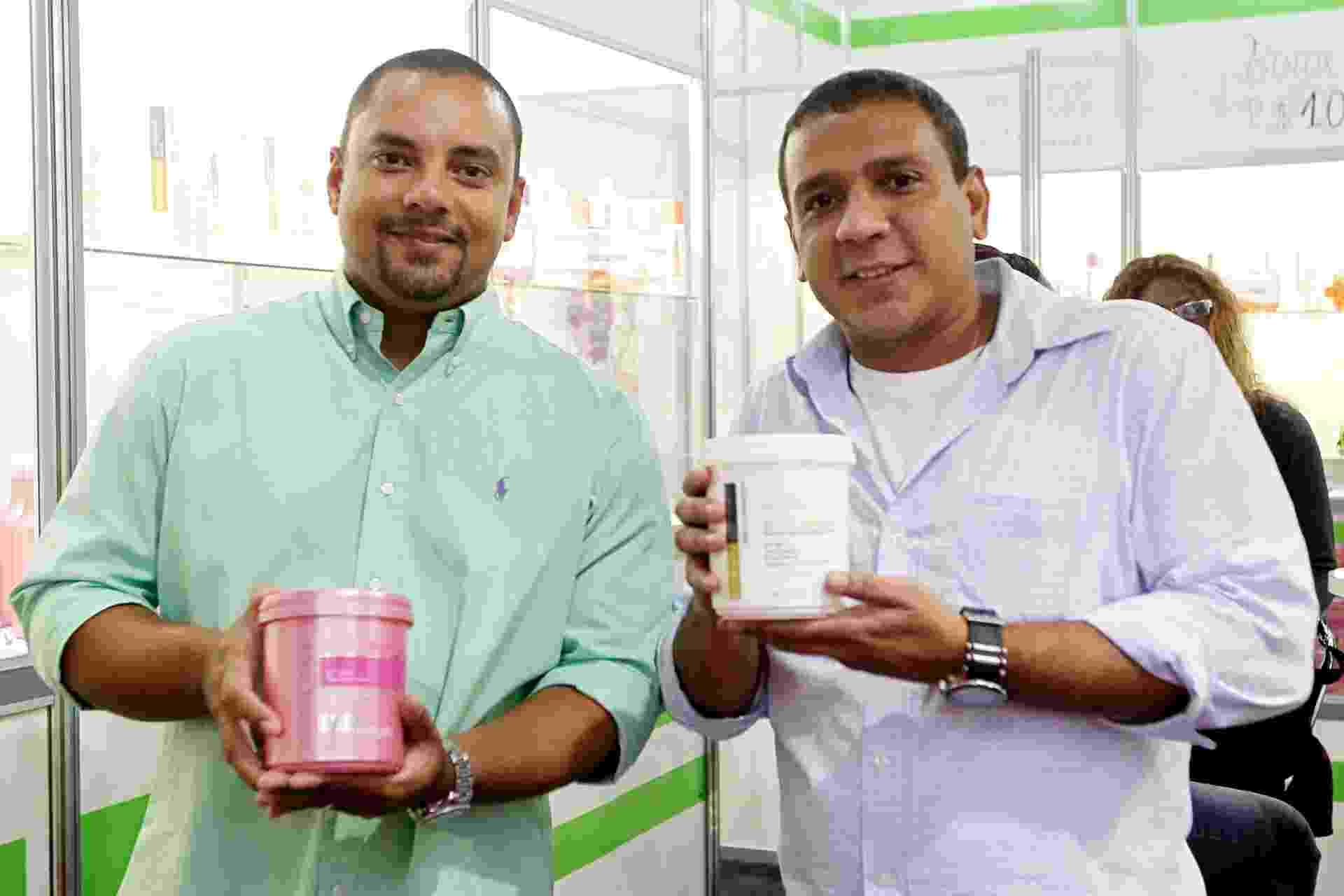 Empresários Alex Ferreira (à esq.) e Marcos Lima são fundadores da For Beauty, empresa que fabrica produtos profissionais para cabelos - Reinaldo Canato/UOL