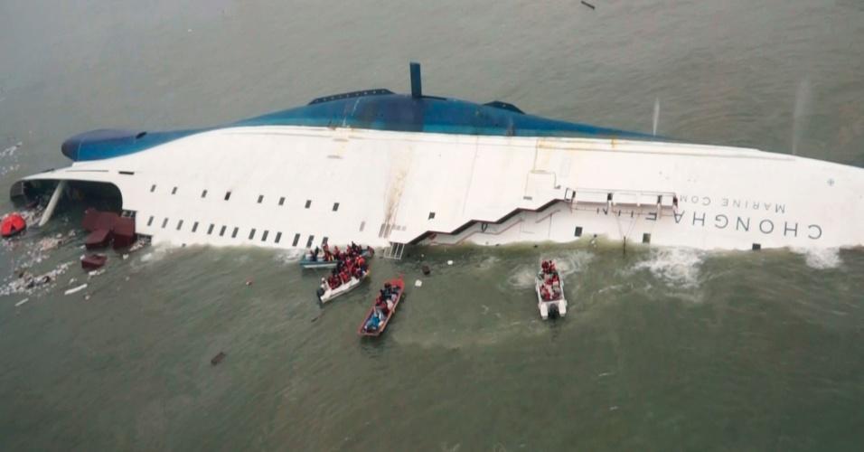 16.abr.2014 - Ao menos duas pessoas morreram e 293 estão desaparecidas depois que um navio com 476 passageiros afundou nesta quarta-feira (16) na Coreia do Sul. Até agora 180 pessoas foram resgatadas em uma mega operação que envolve 34 barcos e 18 helicópteros