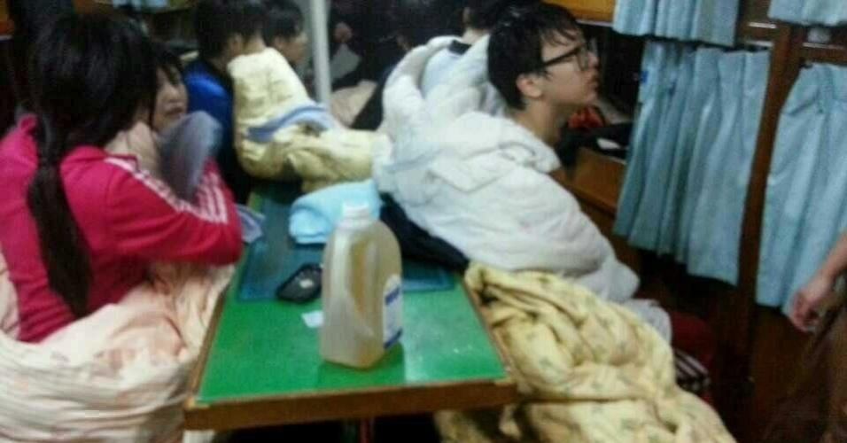15.abr.2014 - Passageiros esperam por resgate em uma cabine de um barco, próximo a Jindo, na Coreia do Sul, nesta quarta-feira (16)