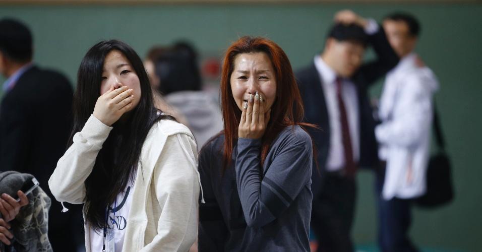16.abr.2014 - A mãe de um passageiro (à dir.), que estava na balsa que afundou na Coreia do Sul, se emociona ao encontrar o filho resgatado em Jindo