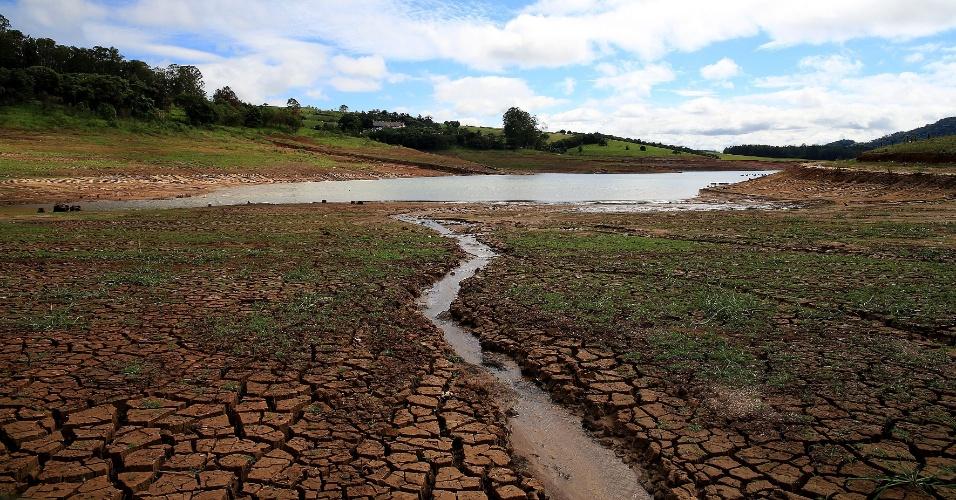 16.abr.2014 - Em um dia, o Sistema Cantareira, principal reservatório de abastecimento de água da região metropolitana de São Paulo, acumulou mais de um terço de água da média histórica para o mês de abril. Com isso, nesta quarta-feira (16), o nível do sistema voltou a subir e atingiu 12,3%