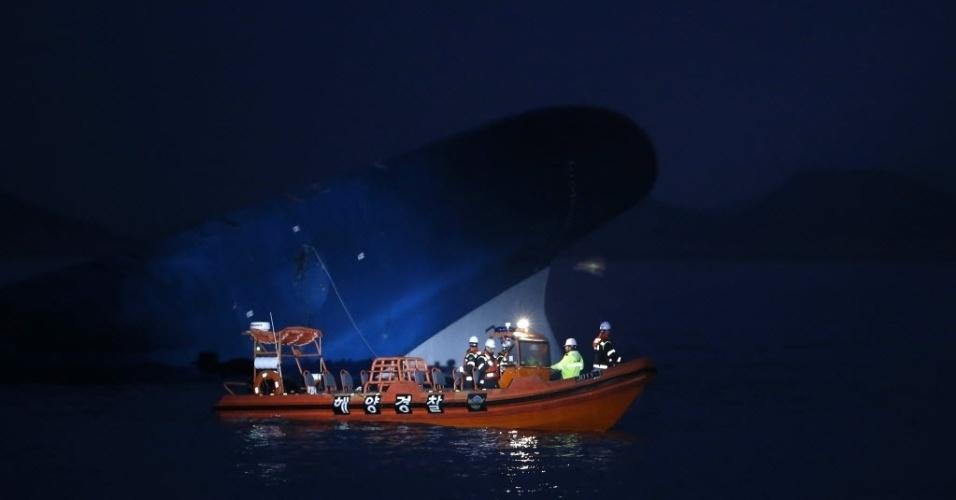 16.abr.2014 - Equipes da Guarda Costeira fazem busca noturna próximo à balsa sul coreana que afundou no litoral do país, nesta quarta-feira (16). A embarcação transportava 459 pessoas, a maioria estudantes do ensino médio. Pelo menos  290 pessoas ainda estão desaparecidas