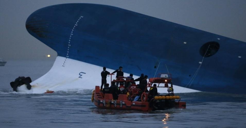 16.abr.2014 - Equipes da Guarda Costeira fazem busca noturna próximo à balsa sul coreana que afundou no litoral do país, nesta quarta-feira (16). A embarcação transportava 462 pessoas, a maioria estudantes do ensino médio. Pelo menos quatro morreram no acidente