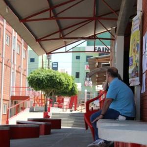 Funcionários descansam em uma faculdade particular em Vitória da Conquista, na Bahia, que ficou sem aula por cauda da greve da PM - Mário Bittencourt/UOL