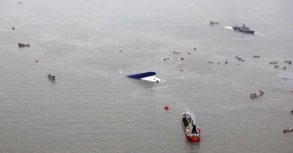 16.abr.2014 - Guarda Costeira sul-coreana busca sobreviventes junto a balsa naufragada, instantes antes de a embarcação submergir por completo. Ao menos quatro pessoas morreram e mais de 200 estão desaparecidas