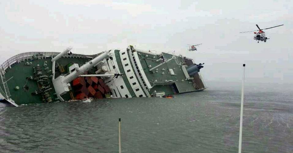 16.abr.2014 - Helicópteros se encaminham a navio tombado a 20 km da costa da Coreia do Sul com 476 pessoas a bordo.
