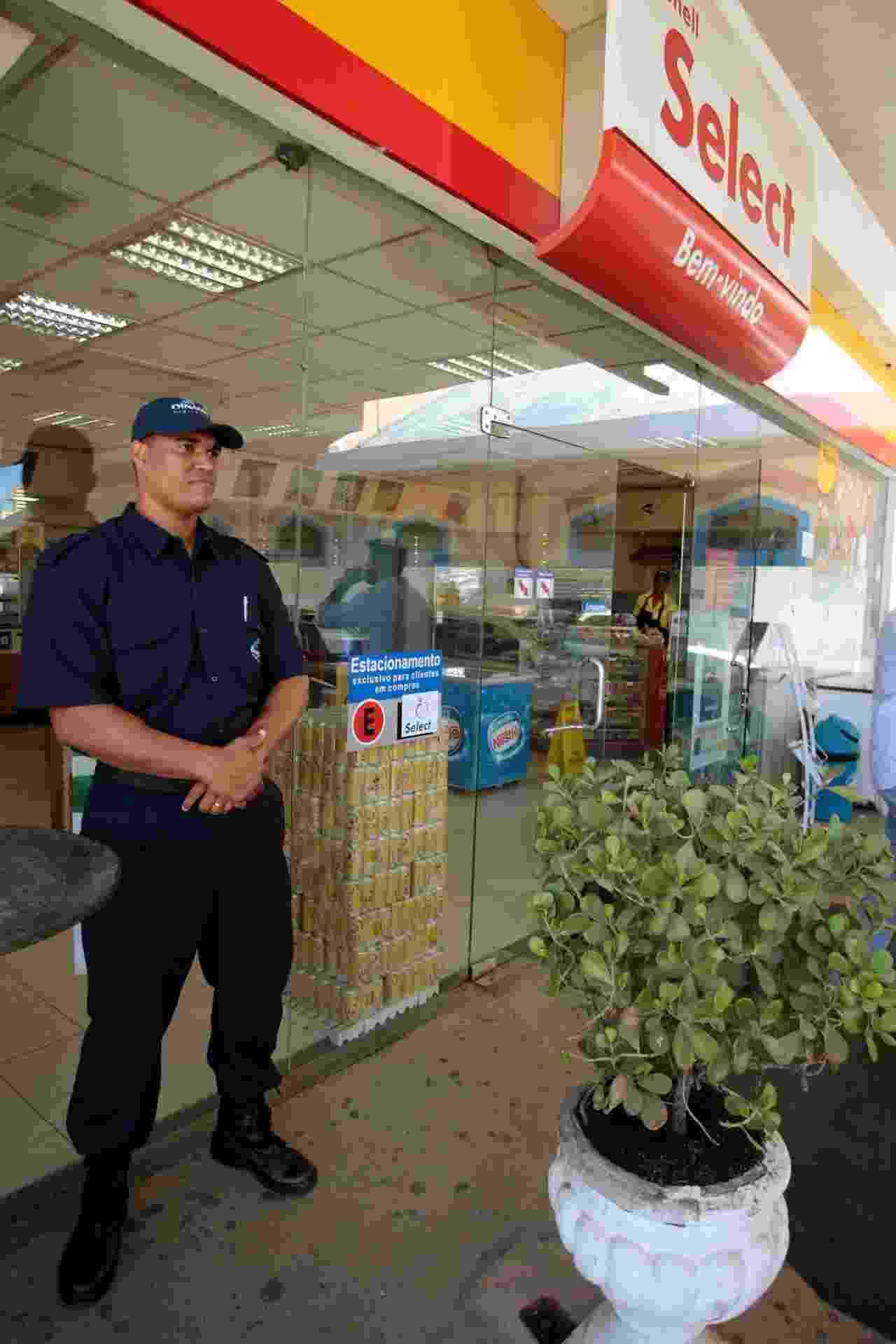 16.abr.2014 - Homem faz a segurança de uma loja de um posto de gasolina em Salvador, nesta quarta-feira (16). Policiais militares entraram em greve na noite de terça-feira (15) e diversas lojas e mercados foram saqueados durante a madrugada - Edson Ruiz/Coofiav/Agência O Globo