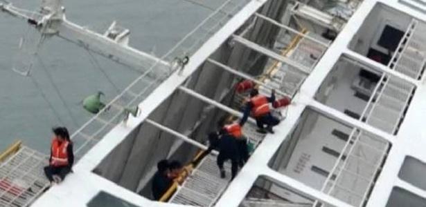 Operação de resgate dos passageiros da balsa que afundou no litoral da Coreia do Sul - Dong- A Ilbo/AFP
