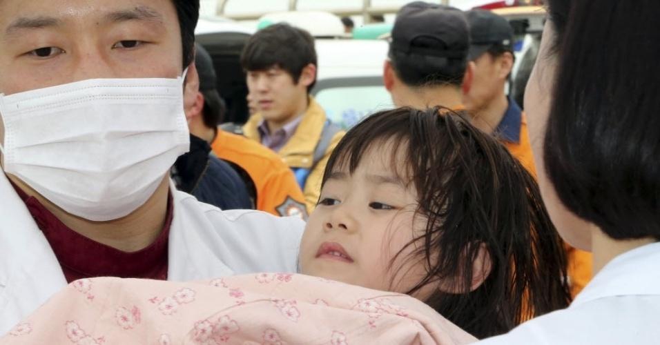 16.abr.2014 - Médicos atendem uma menina resgatada de uma balsa que naufragou no litoral da Coreia do Sul, nesta quarta- feira (16). A embarcação transportava 462 pessoas, a maioria estudantes do ensino médio. Pelo menos quatro passageiros morreram no acidente