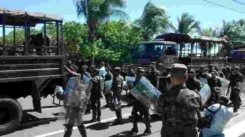16.abr.2014 - Membros da Exército chegam à Bahia nesta quarta-feira (16) para assumir o comando da segurança do Estado, por causa da greve dos policiais militares, iniciada na noite dessa terça (16) pela categoria, após decisão em assembleia. Inicialmente, o governo informou que serão disponilibilizados mais de 5.000 homens das Forças Armadas e da Força Nacional - Daniel Senna/GOVBA