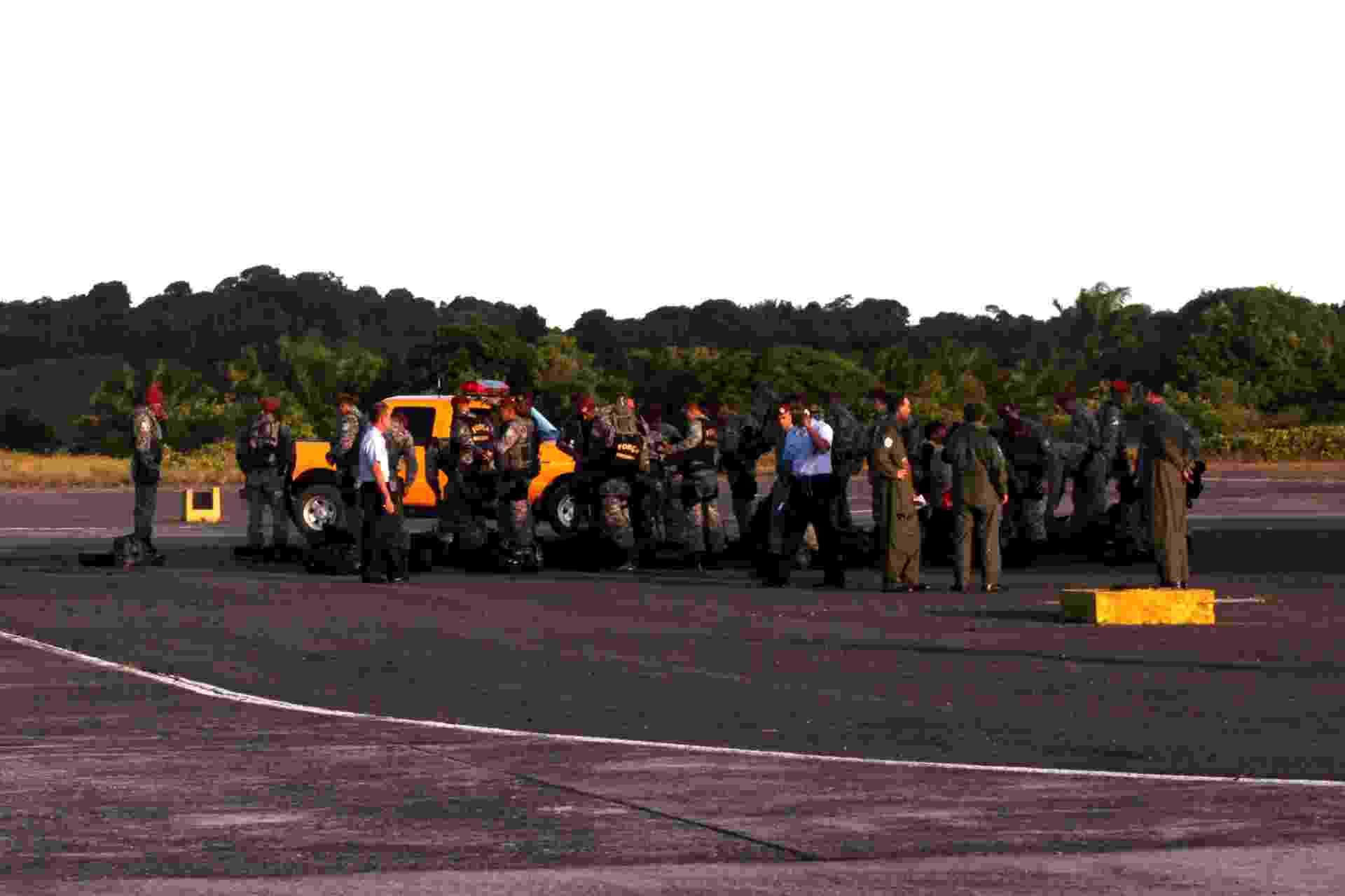 16.abr.2014 - Membros da Exército chegam à Bahia nesta quarta-feira (16) para assumir o comando da segurança do Estado, por causa da greve dos policiais militares, iniciada na noite dessa terça (16) pela categoria, após decisão em assembleia. Inicialmente, o governo informou que serão disponilibilizados mais de 5.000 homens das Forças Armadas e da Força Nacional - Camila Souza/GOVBA