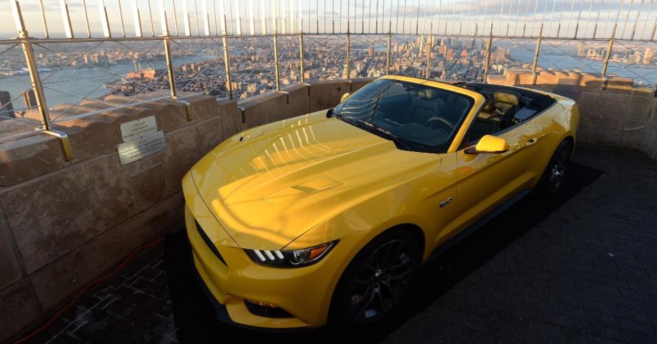 16.abr.2014 - No ano em que completa 50 anos de seu primeiro modelo, o Mustang, versão 2015, teve sua cara revelada no topo do Empire State Building, em Nova York, nesta quarta-feira (16). Em 1964, a Ford estreou o Mustang na Feira Mundial, em Nova York. A companhia cortou o carro em pedaços e o remontou no topo do edifício, o segundo mais alto de NY
