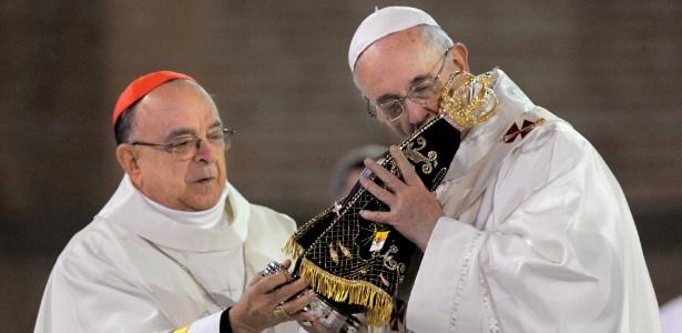 24.jul.2013 - Papa Francisco beija santa durante missa na Basília de Aparecida, em Aparecida (SP), durante Jornada Mundial da Juventude