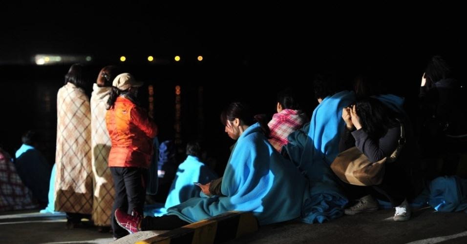 16.abr.2014 - Parentes choram enquanto esperam por informações sobre pessoas desaparecidas em um naufrágio, no porto de Jindo, Coreia do Sul. Uma balsa que transportava 459 pessoas, a maioria estudantes do ensino médio, naufragou nesta quarta-feira (16).  Até o momento, 164 foram resgatados em uma megaoperação da Guarda Costeira envolvendo dezenas de barcos e helicópteros