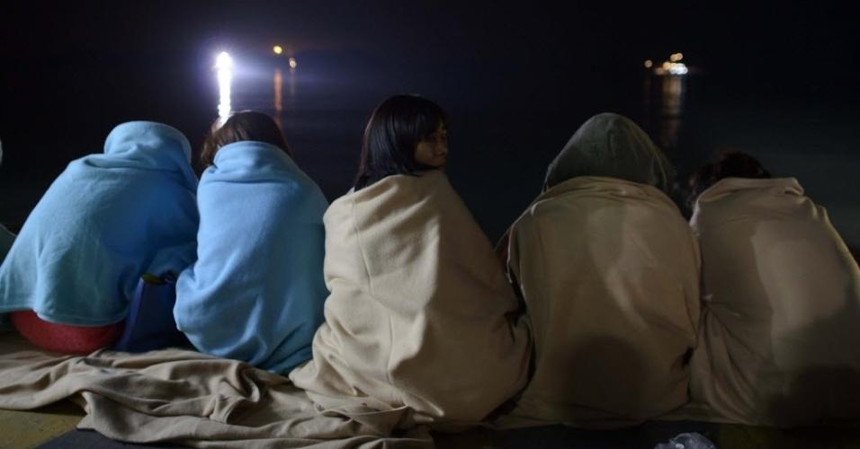 16.abr.2014 - Parentes esperam por notícias em um porto em Jindo, na Coreia do Sul, nesta quarta-feira (16). Uma balsa que transportava 462 pessoas naufragou nesta quarta. A maioria dos passageiros era adolescentes do ensino médio que estava em uma excursão escolar para a Ilha de Jeju, um destino turístico no país. Até a meia-noite (meio-dia no horário de Brasília), já estavam confirmadas seis mortes e 179 resgatados