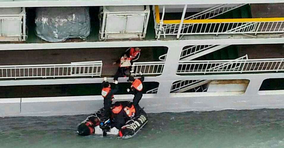 16.abr.2014 - Passageiro ferido é socorrido pela Guarda Costeira sul-coreana após ser resgatado da balsa que naufragou a 20 km da costa da Coreia do Sul, próximo à ilha de de Jindo, com 462 pessoas a bordo. Até as 15h (horário de Brasília), foram confirmadas seis mortes