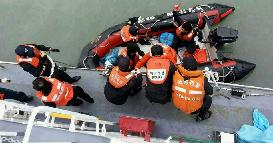 16.abr.2014 - Passageiro ferido é resgatado pela Guarda Costeira sul-coreana da balsa que naufragou a 20 km da costa da Coreia do Sul, próximo à ilha de Jindo, com 462 pessoas a bordo