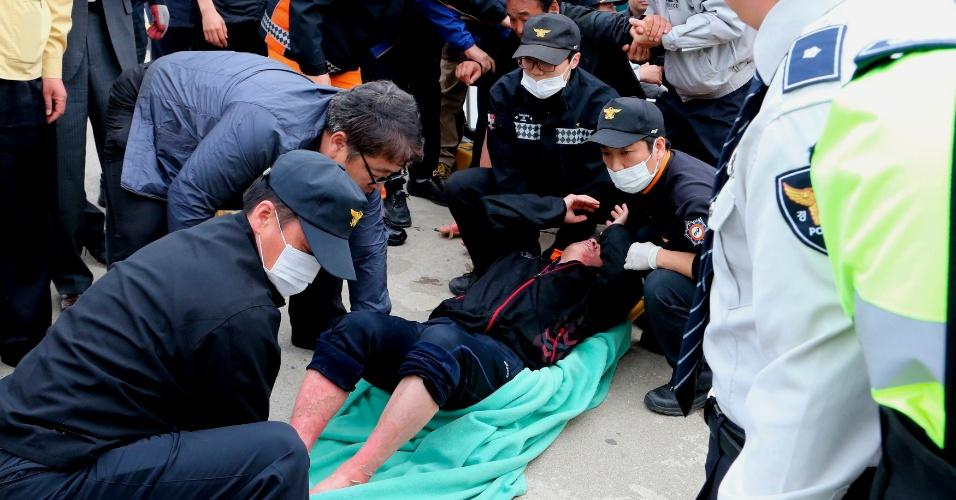 16.abr.2014 - Passageiro ferido é socorrido pela Guarda Costeira sul-coreana após ser resgatado da balsa que naufragou a 20 km da costa da Coreia do Sul, próximo à ilha de de Jindo, com 462 pessoas a bordo