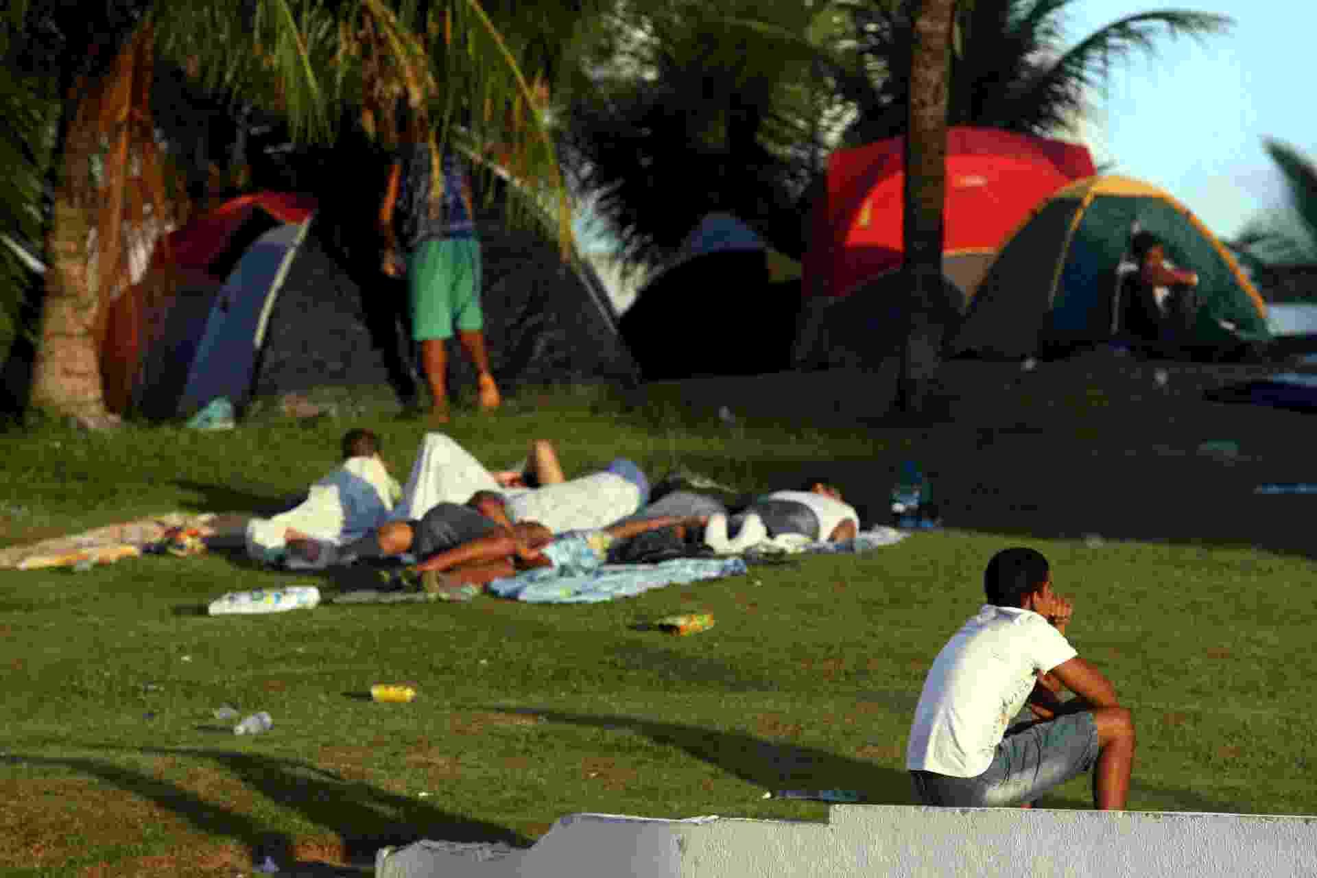 16.abr.2014 - Policiais militares em greve acampam no Wet'n Wild, em Salvador, nesta quarta-feira (16). Os agentes preparam uma proposta para apresentar ao comando da PM - Lúcio Távora/Agência A Tarde/Estadão Conteúdo