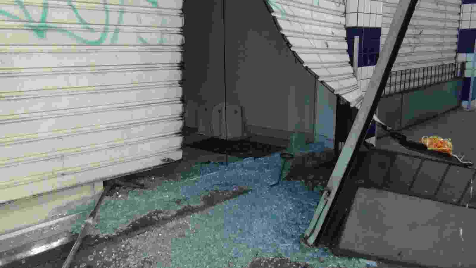 16.abr.2014 - Vários supermercados e lojas de Salvador amanheceram arrombados e tiveram mercadorias roubadas e saqueadas na madrugada desta quarta-feira (16), após policiais militares entrarem em greve. Até as 9h de hoje, foram registrados roubos em estabelecimentos comerciais nos bairros Baixa dos Sapateiros, Caixa D'Água, Fazenda Grande do Retiro, Vale do Ogunjá, Pau da Lima e São Caetano - Cláudio Cassiano/Agência A Tarde/Estadão Conteúdo