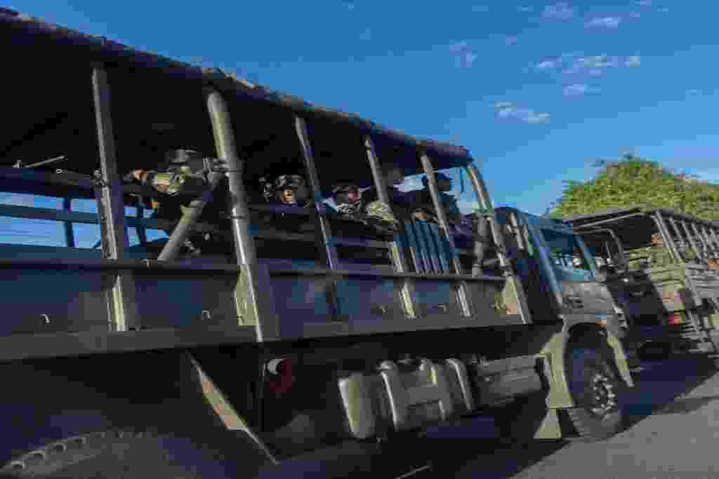 16.abr.2014 - Nesta quarta-feira (16), tropas do Exército se espalharam por Salvador, na Bahia, onde a Polícia Militar está em greve desde terça-feira (15), após decisão em assembleia - Hirosuke Kitamura/ AFP