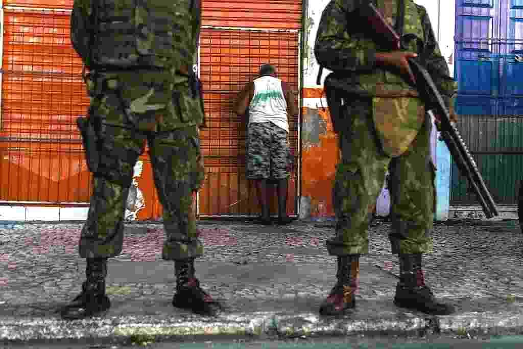 16.abr.2014 - Nesta quarta-feira (16), tropas do Exército tentam garantir a segurança em Salvador, na Bahia, onde a Polícia Militar está em greve desde terça-feira (15), após decisão em assembleia - Hirosuke Kitamura/ AFP