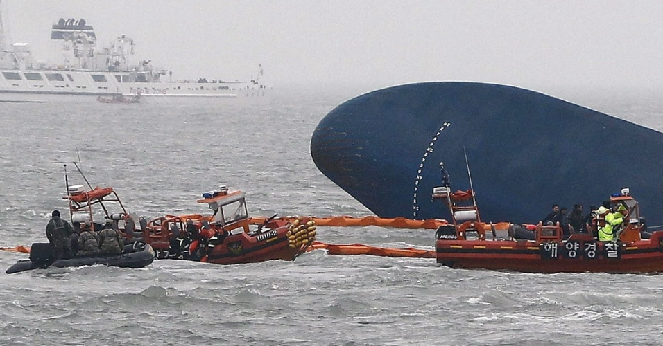 17.abr.2014 - Agentes da guarda costeira recuperam corpo de vítima após o naufrágio do barco Sewol, no litoral da Coreia do Sul. Cerca de 300 pessoas, a maioria estudantes de ensino médio, ainda estão desaparecidas após o naufrágio, de um total de 462 passageiros