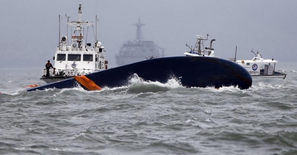 17.abr.2014 - As embarcações envolvidas nas operações de resgate da balsa que naufragou na Coréia do Sul lutam contra o aumento dos ventos e as fortes ondas enquanto procuram por centenas de desaparecidos, a maioria estudantes adolescentes, envolvidos no acidente