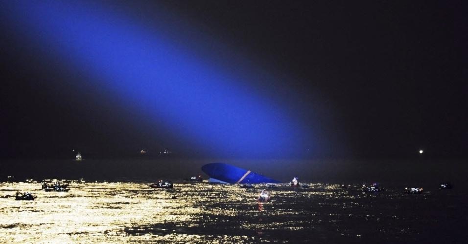 17.abr.2014 - Durante busca por passageiros desaparecidos no naufrágio da balsa na Coréia do Sul, policiais usam fortes canhões de luz para iluminar o mar