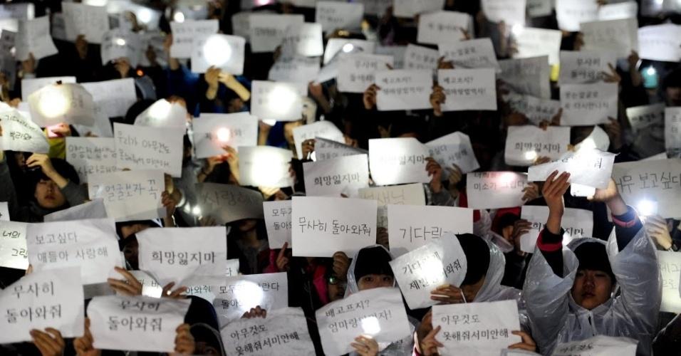 17.abr.2014 - Estudantes da escola High School de Danwon seguram cartas para homenagear alunos que estavam entre os passageiros da balsa que naufragou na Coréia do Sul