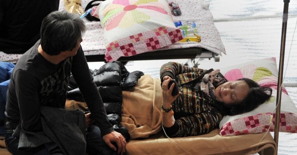 17.abr.2014 - Familiares dos passageiros desaparecidos no naufrágio da balsa sul-coreana se aguardam por notícias no porto de Jindo