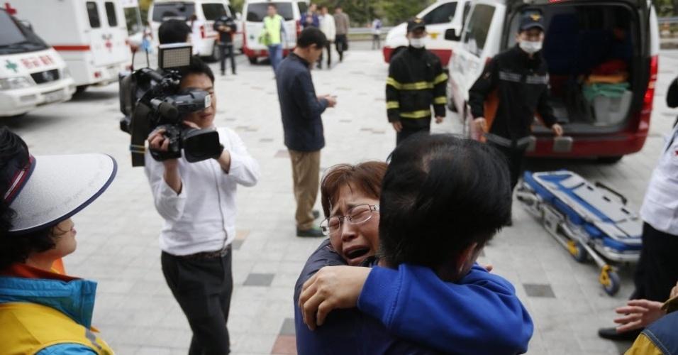 17.abr.2014 - Familiares dos passageiros desaparecidos no naufrágio da balsa sul-coreana se consolam no porto de Jindo