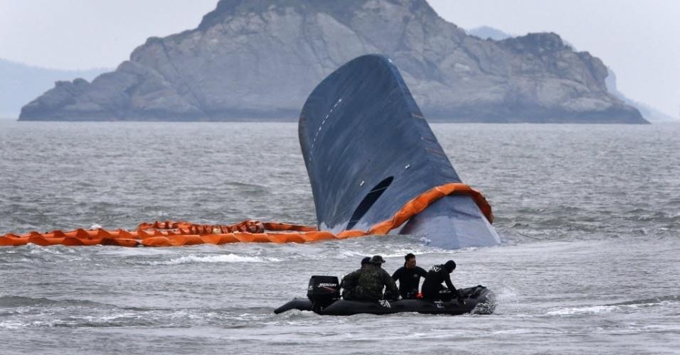 17.abr.2014 - Membros da guarda costeira procuram por passageiros sobreviventes ao naufrágio de uma balsa próximo a Jindo