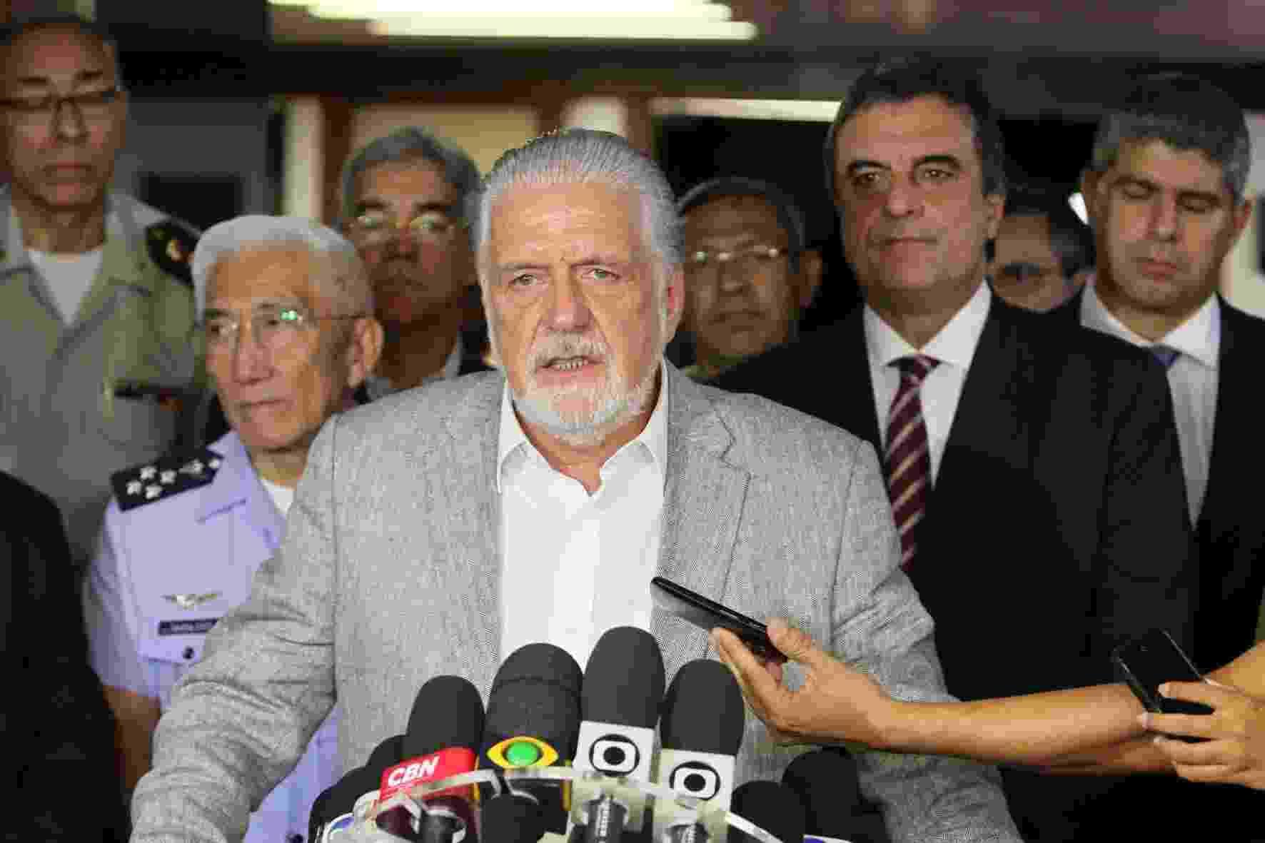 17.abr.2014 - O governador da Bahia, Jaques Wagner (PT), afirmou que o comando das operações de segurança no Estado continuará com o Exército pelo menos até a próxima semana, mesmo com a decisão, nesta quinta-feira (17), do retorno ao trabalho dos policiais militares em greve - Manu Dias/GOVBA