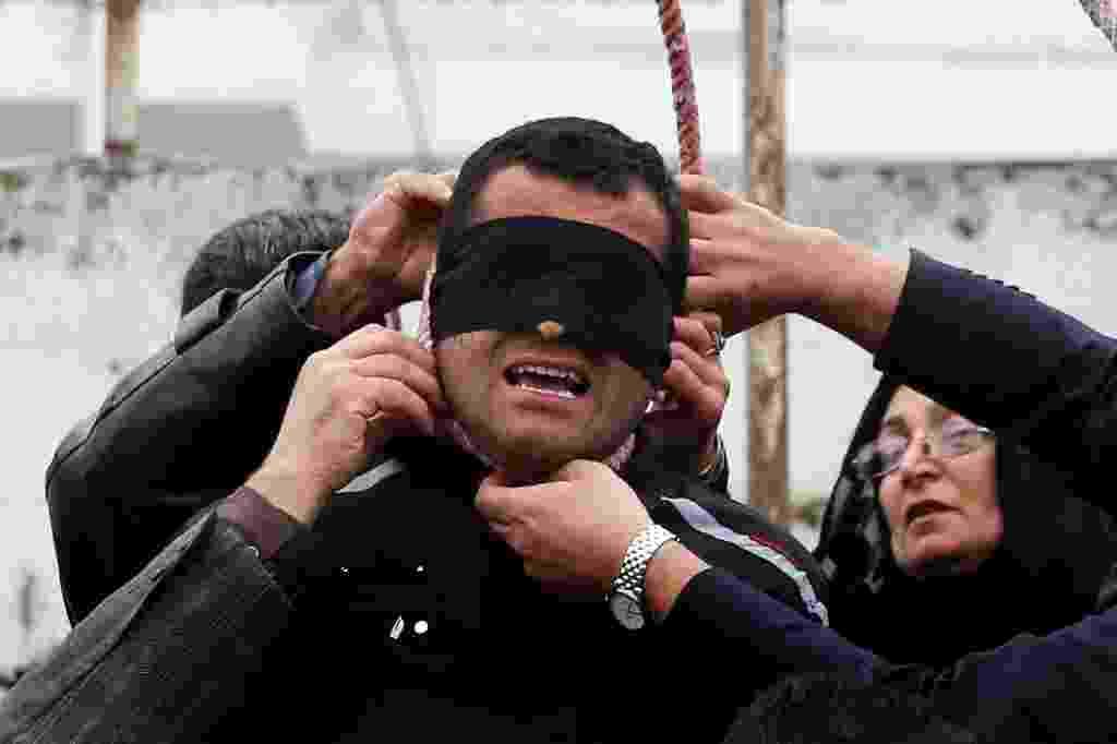 17.abr.2014 - O pai de Abdolah Hosseinzadeh retira a corda do pescoço do assassino de seu filho, momentos antes de sua execução - Arash Khamooshi/AFP