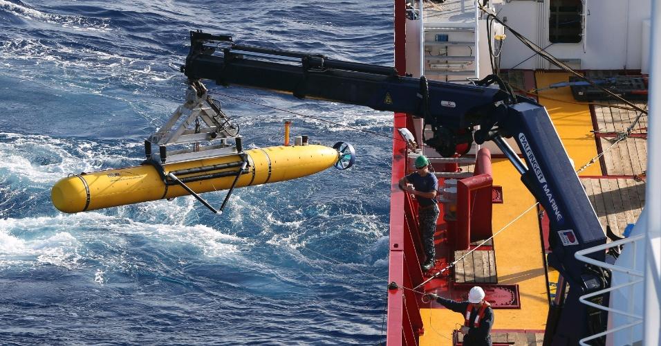 17.abr.2014 - O veículo submarino autônomo Bluefin-21 é içado por navio da Defesa Australiana durante as buscas pelo voo da Malaysia Airlines, desaparecido desde 8 de março, no oceano Índico